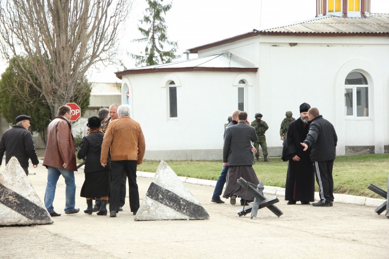 "Archibishop of Simferopol and Crimea Vladyka Kliment faces pro-russian crimean ""Samooborona"" and russian soldiers en route to the church in Perevalne (march 2014)"